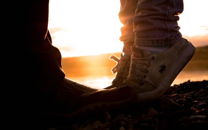 romantic-sunset-kiss